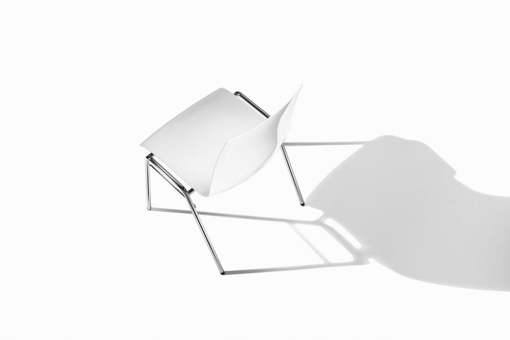 """Junge Stapelstuhl Variante """"atlanta 456"""" Erster Hiller Stuhl mit Kunststoff Schale"""